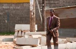 африканский идя человек, котор нужно работать стоковая фотография rf