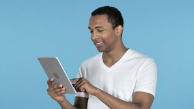 Африканский интернет просматривать человека, используя планшет