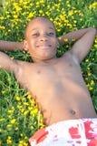 африканский лежать травы мальчика стоковая фотография