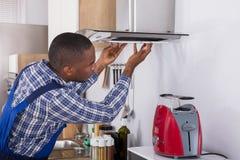 Африканский мужской фильтр экстрактора кухни отладки стоковое фото