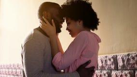 Африканский обнимать пар, наслаждаясь датой города на открытом воздухе, первые чувства, привязанность стоковая фотография