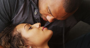 Африканский парень целуя его подругу стоковые фото