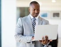 Африканский портативный компьютер предпринимателя Стоковые Фото