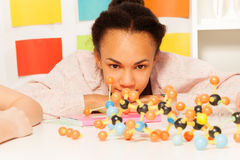 Африканский студент на уроке химии Стоковое Изображение
