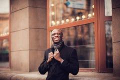 Африканский усмехаясь бизнесмен Стоковая Фотография