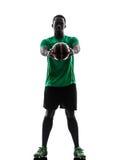 Африканский футболист человека держа показывать силуэт футбола Стоковые Фото