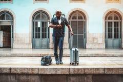Африканский человек ждет поезд стоковое фото