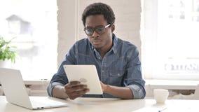 Африканский человек используя планшет сток-видео