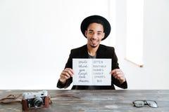 Африканский человек держа лист бумаги с словами Стоковые Изображения RF