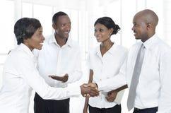 4 африканских делового партнера трясут руки Стоковые Изображения RF