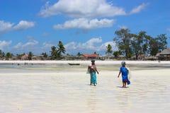 2 африканских женщины идя на пляж Стоковое фото RF