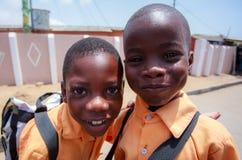2 африканских мальчика играя с камерой Стоковые Изображения RF