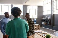 3 африканских сотрудника говоря совместно в современном офисе Стоковое Изображение