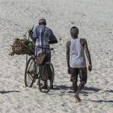 2 африканских люд с велосипедом Стоковые Изображения