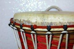 Африканское деревянное djembe барабанчика стоковые изображения rf