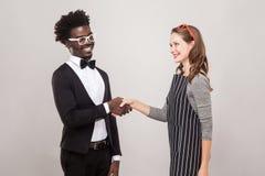 Африканское рукопожатие человека и женщины веснушек кавказское и зубастый sm Стоковое Изображение