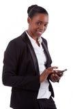 африканское smartphone коммерсантки сь использующ Стоковые Фото