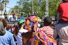 Африканцы матери и сына уча новые культуры Стоковые Фото