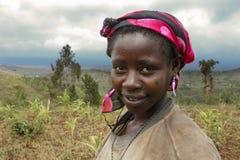 Африка, южная Эфиопия, деревня Konso. unidentify женщина Konso работая на поле Стоковое Фото