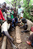 Африка, южная Эфиопия, деревня Konso. unidentify Konso укомплектовывает личным составом plaing популярную африканскую вызванную иг Стоковое Изображение