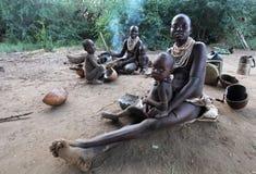 Африка, южное Ethiopia.2009.  Неопознанные мать Karo и childern в их деревне в национальном парке Mago стоковая фотография