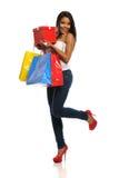 афроамериканец кладет детенышей в мешки женщины покупкы стоковая фотография rf