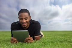 афроамериканец outdoors читая студента Стоковые Изображения