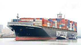 АФРОДИТА грузового корабля NYK входя в порт Окленд Стоковые Изображения RF