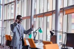 Афро-американская беседа бизнесмена телефоном Стоковые Изображения