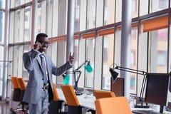 Афро-американская беседа бизнесмена телефоном Стоковое Изображение RF