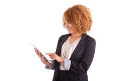 Афро-американская бизнес-леди используя тактильную таблетку - черный p Стоковые Изображения