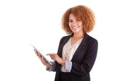 Афро-американская бизнес-леди используя тактильную таблетку - черный p Стоковое Фото