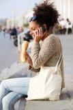 Афро-американская женщина говоря на мобильном телефоне outdoors Стоковое Фото