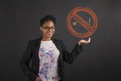 Афро-американская женщина держа для некурящих подписывает внутри ее руку Стоковое фото RF