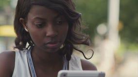 Афро-американская женщина используя ее таблетку акции видеоматериалы