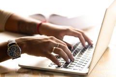 Афро-американская женщина используя ноутбук, печатая на клавиатуре, близкий u стоковые изображения rf
