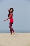 Афро-американская женщина идя на пляж Стоковое фото RF
