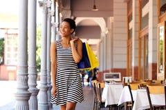Афро-американская женщина идя с хозяйственными сумками в городе Стоковые Изображения RF