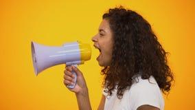 Афро-американская женщина крича в мегафоне, пути к облегчая стрессу, взгляду со стороны видеоматериал