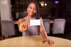 Афро-американская женщина показывает визитную карточку стоковое фото