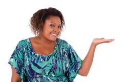 Афро-американская женщина усмехаясь держащ что-то в ее приятеле руки Стоковое Фото