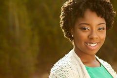 Афро-американская женщина усмехаясь снаружи Стоковая Фотография