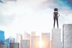 Афро-американская коммерсантка, диаграмма в виде вертикальных полос Стоковое Фото