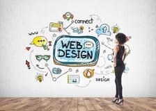 Афро-американская коммерсантка, смотря веб-дизайн стоковое фото rf