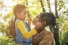 Афро-американская мать-одиночка и ее дочь в togeth луга стоковая фотография rf
