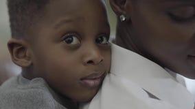 Афро-американская мать с ее маленьким милым мальчиком ребенка имея потеху совместно Мама и сын отношения семья счастливая видеоматериал