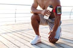 Афро-американская молодая тренировка и питьевая вода спортсмена на пристани Стоковое Фото