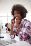 Афро-американская неофициальная бизнес-леди работая в офисе стоковое фото rf
