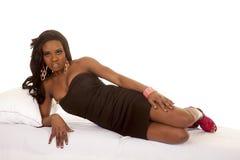Афро-американская сторона положения платья черноты женщины серьезная стоковые изображения rf