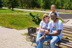 Афро-американская счастливая семья: черные отец, мама и ребёнок на природе Используйте его для принципиальной схемы ребенка, pare стоковая фотография